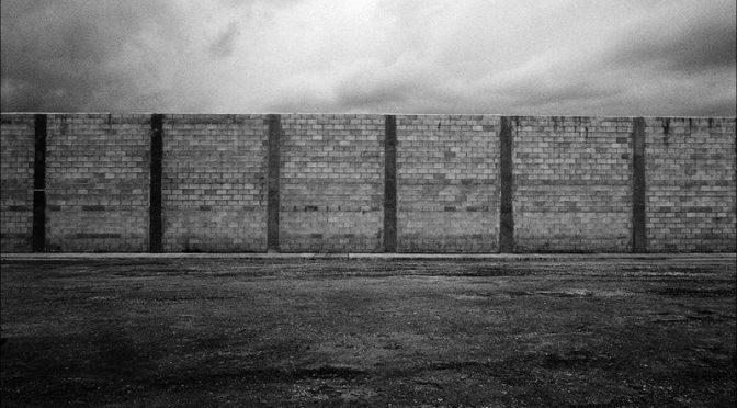 Immobiliser les migrants : les enjeux d'un oxymore / Christiane Vollaire